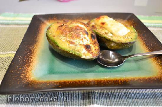 Авокадо с перепелиными яйцами, запеченное на гриле (для вегетарианцев)