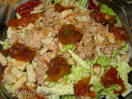 Салат из пекинской капусты с печенью трески, вялеными помидорами и сухариками