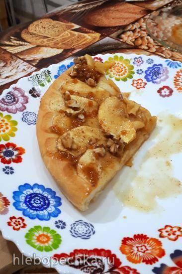 Пирог с яблоками, грецкими орехами и корицей под апельсиновым соусом