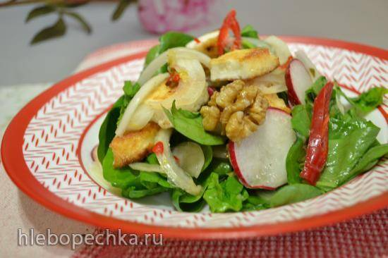 Салат из шпината, редиса, грецких орехов, жареного адыгейского сыра