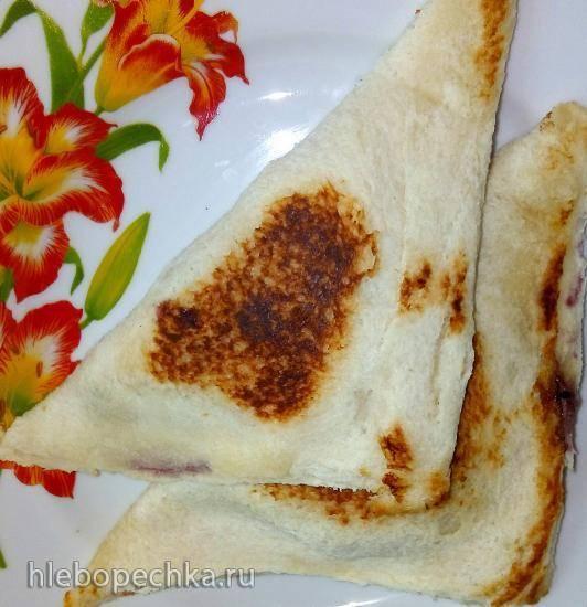 Горячие закрытые бутерброды с разными начинками из тостового хлеба