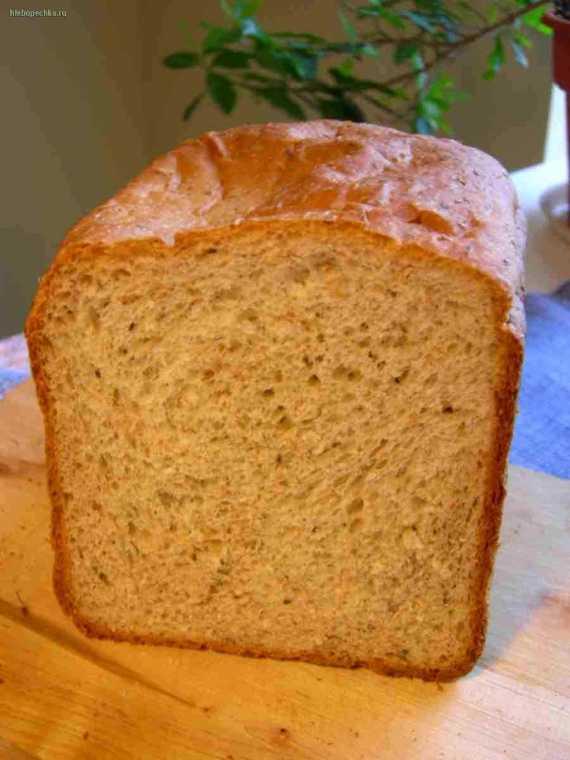 Пшеничный цельнозерновой хлеб с сыром, базиликом и оливками