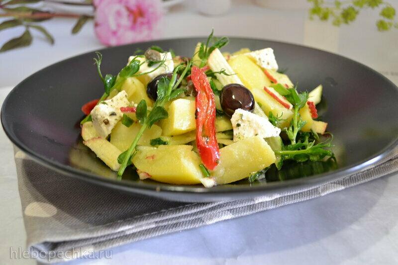 Салат картофельный с овощами и проростками зеленого горошка