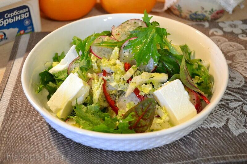 Салат из пекинской капусты, рукколы, мангольда, мизуны, с сербской брынзой