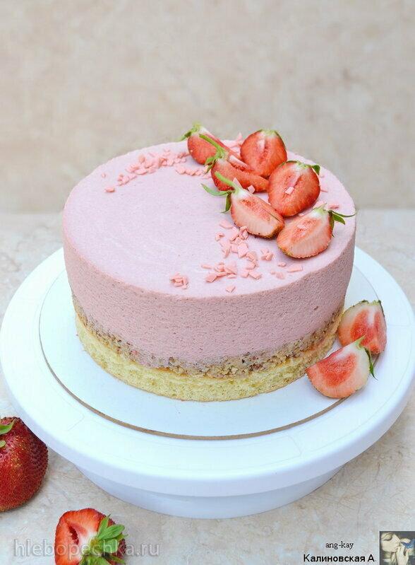 Муссовый клубничный торт с хрустящим орехово-шоколадным слоем
