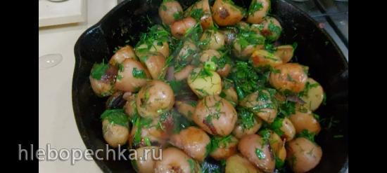 Картошка в мундирах,на чугунной сковороде в оливковом масле с зеленью и чесноком!!!