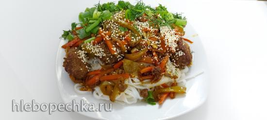 Рисовая лапша с овощами и говядиной по-азиатски в чугунном казане (+видео)