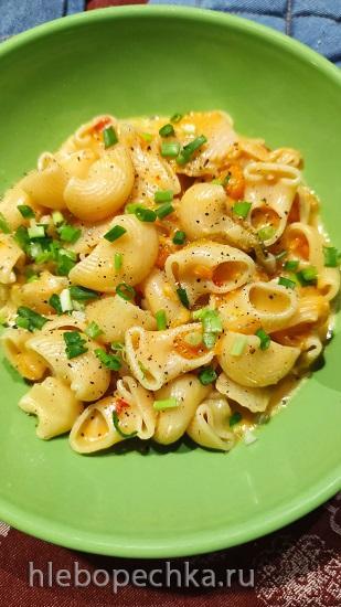 One-Pot: Кимчи, мускатная тыква, паста, и сыр Чеддер