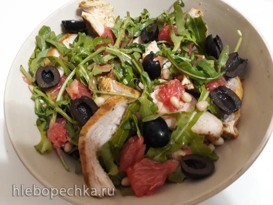 Салат с грейпфрутом, запеченной курицей и оливками