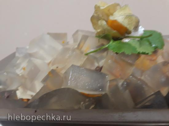 Салат из печени и моркови на курином бульоне, украшенный желе