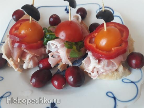 Канапе с беконом, помидором и оливками