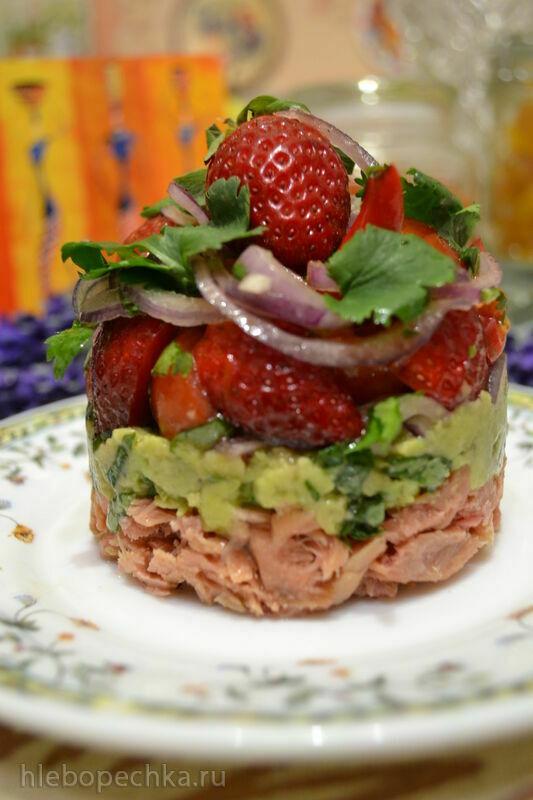 Порционный салат из тунца, авокадо, томатов и клубники