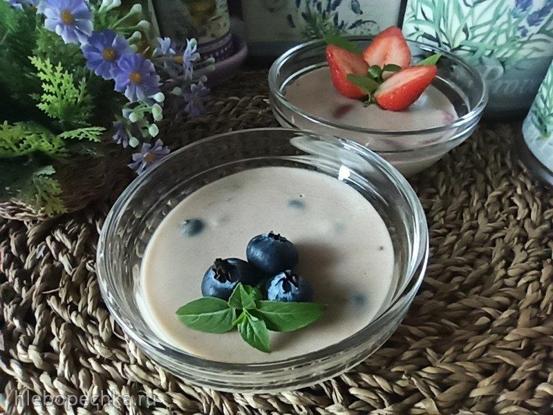 Нежный банановый десерт из белого шоколада с ягодами (+видео)