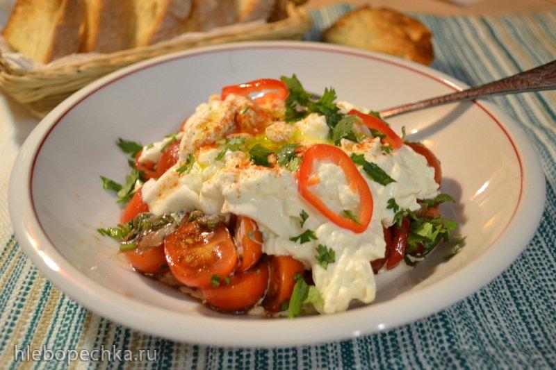 Салат (тосты) с бурратой и маринованными помидорами черри