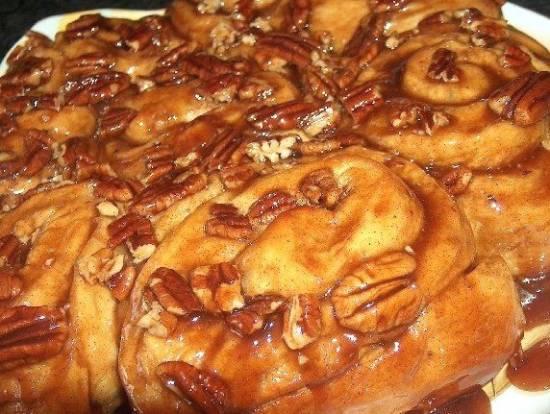 Плюшки «Улитки» с карамелью, грецким орехом и корицей