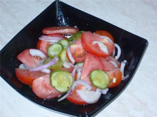 Салат из помидоров и малосольных огурцов