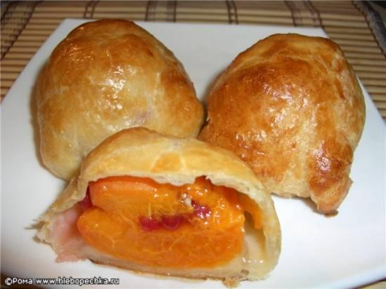 Пирожки слоеные с абрикосами и ягодами