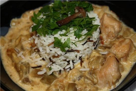 Курица, тушенная с баклажанами в сырно-сметанном соусе