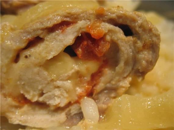 Рулетики из свининки с помидорками и сыром в кефирной заливке