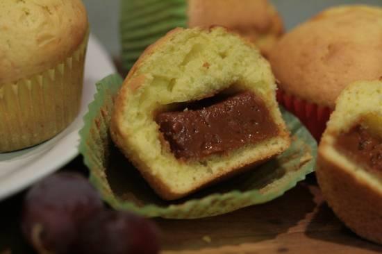 Кексы с начинкой из вареной сгущенки