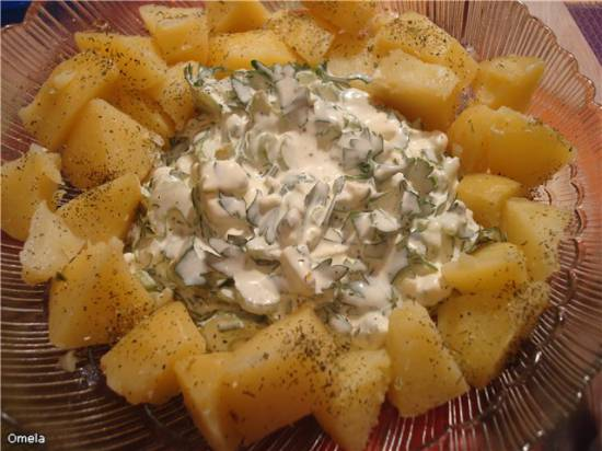 Теплый картофельный салат с голубым сыром