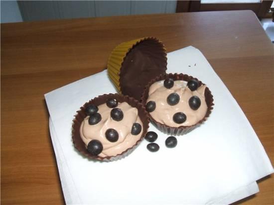 Взбитые сливки в шоколадной корзинке