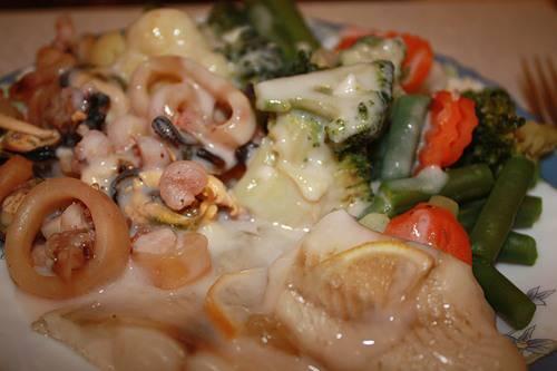 Морепродукты с овощами под соусом