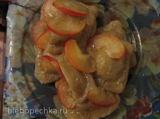 Яблочные равиоли с корицей и засахаренными ломтиками яблока