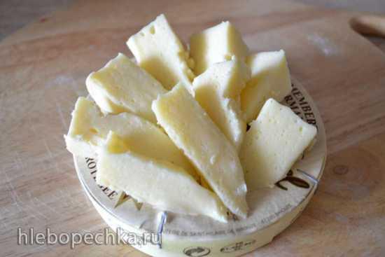 Хлеб пшенично-ржаной с мягким сыром и лавандой