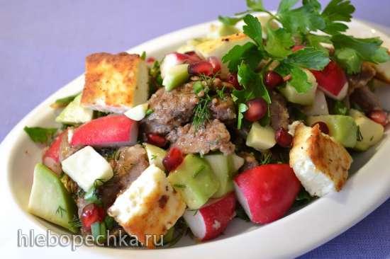 Теплый салат с куриной печенью, авокадо, молодым редисом