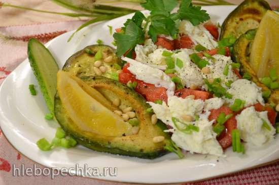Жареный авокадо, рваная моцарелла, и резаные помидоры - салат))