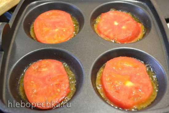 Яйца, запеченные с помидорами и сыром в форме