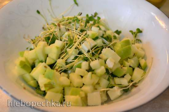 Салат веганский из ростков зеленого горошка с тофу  (или адыгейским сыром для вегетарианцев)