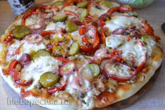 Пицца с «бюджетной курочкой», маринованными овощами