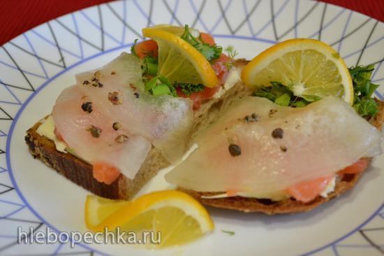 Бутерброд с малосольной семгой, дыней, маринованным перцем горошек