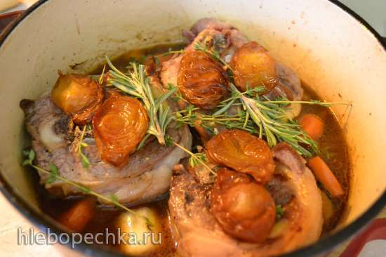 Стейки из бараньей шейки в соусе, тушеные в духовке
