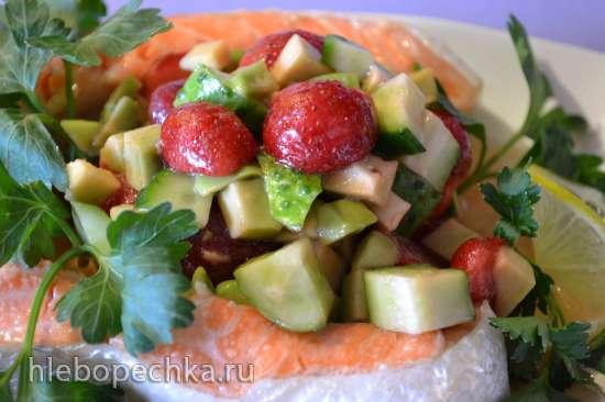 Семга припущенная, с салатом из авокадо и клубники