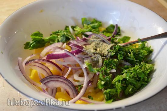 Салат из спелого манго с красным луком и кинзой