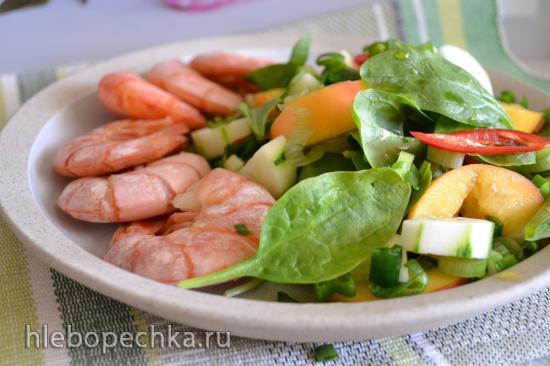 Салат со шпинатом, огурцами и персиком