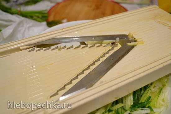 Салат витаминный из белокочанной капусты с черешками брокколи и овощами