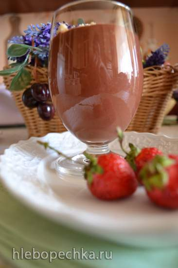 Шоколадный энергетический смузи с клубникой