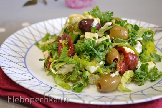 Салат с капустой кейл, вялеными томатами, овечьим сыром (для вегетарианцев)