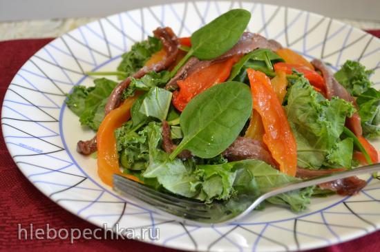 Салат с капустой кейл, шпинатом, перцем, и анчоусами