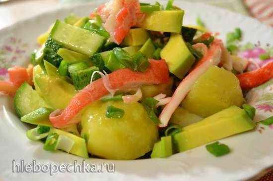Салат с авокадо, свежим огурцом и рваным крабом