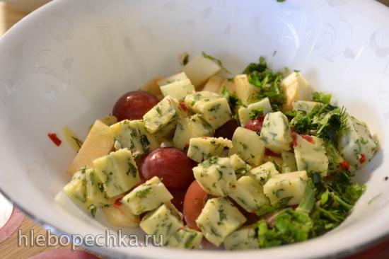 Салат фруктовый с сыром и мизуной
