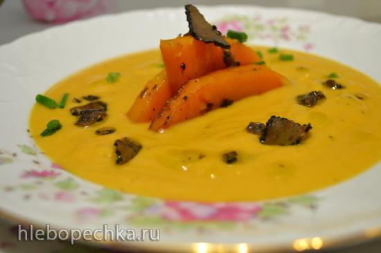 Суп-пюре из запеченной мускатной тыквы с кокосовым молоком и слайсами трюфеля