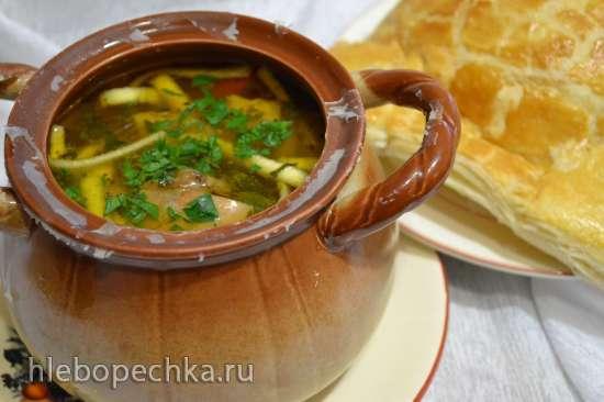 Грибной суп с яичной лапшой под крышечкой из слоеного теста