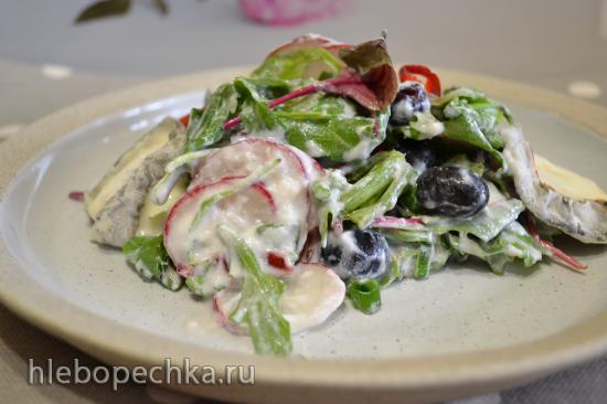 Салат листовой с редисом, виноградом, простоквашей
