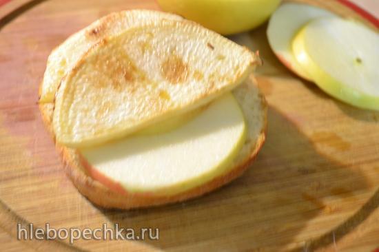 Чипсы из репы на булочке под брусничным соусом