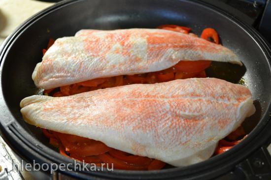 Белая рыба тушеная с овощами под луково-апельсиновым соусом